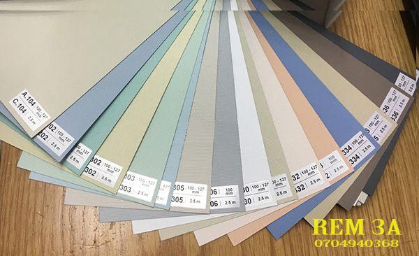 rèm cuốn nhựa là loại rèm cuộn có chất liệu bằng vải sợi được phủ lớp nhựa cao su mỏng lên hai mặt