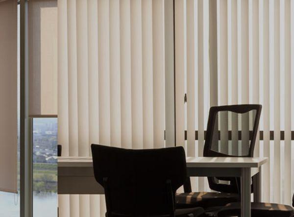 Rèm lá dọc được lắp ở không gian văn phòng