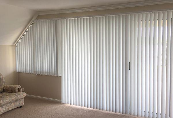 Rèm lá dọc có thể sử dụng và lắp đặt ở những ô cửa sổ vát cạnh
